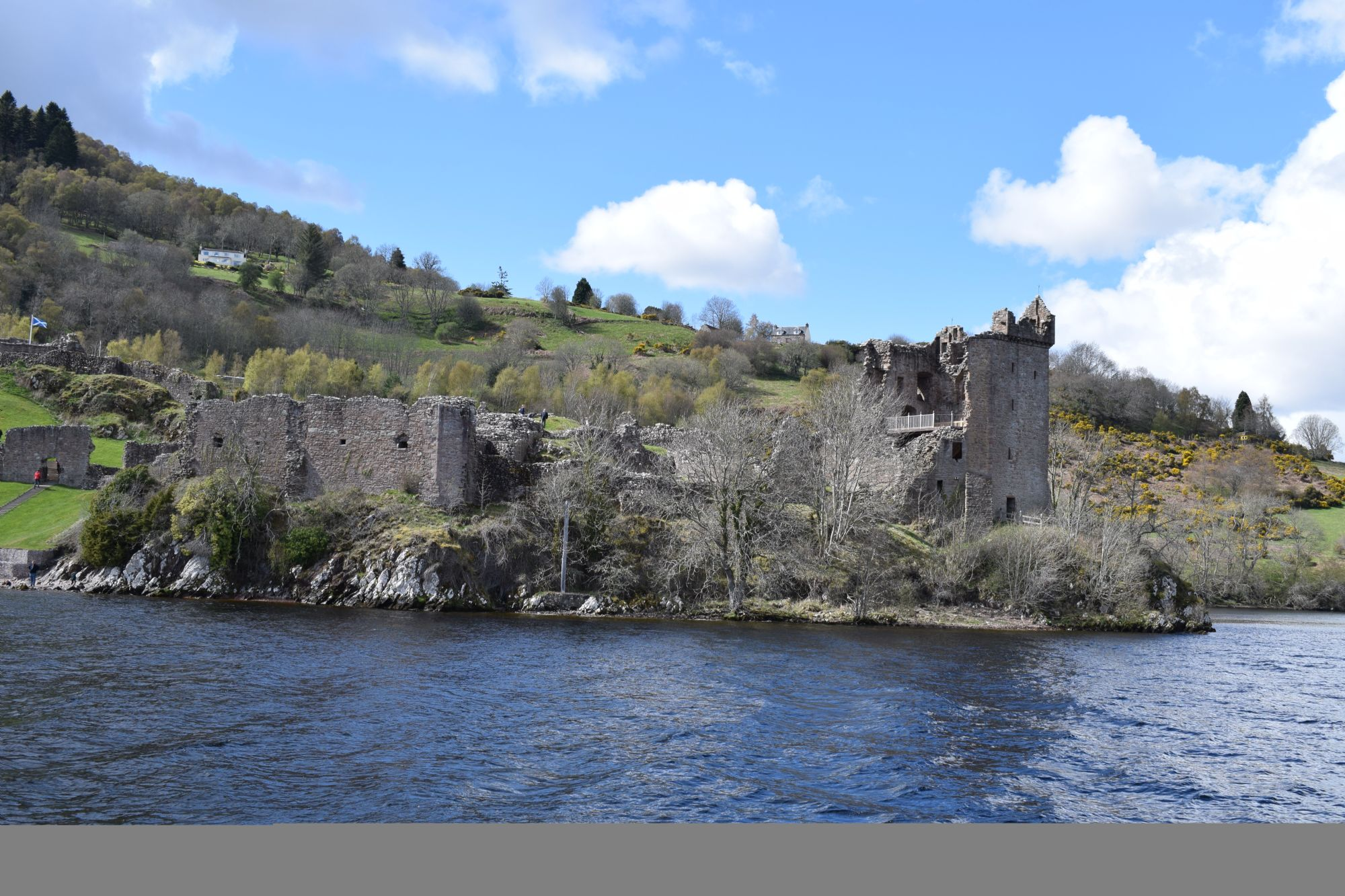 The Ruins  the loch